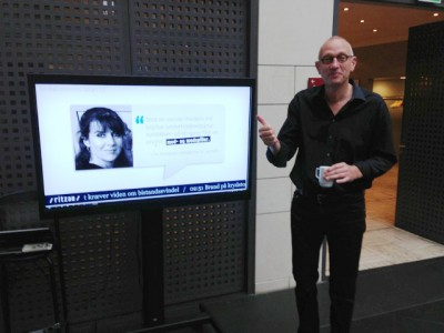 En tilfreds direktør for Ritzau foran infoskærmen